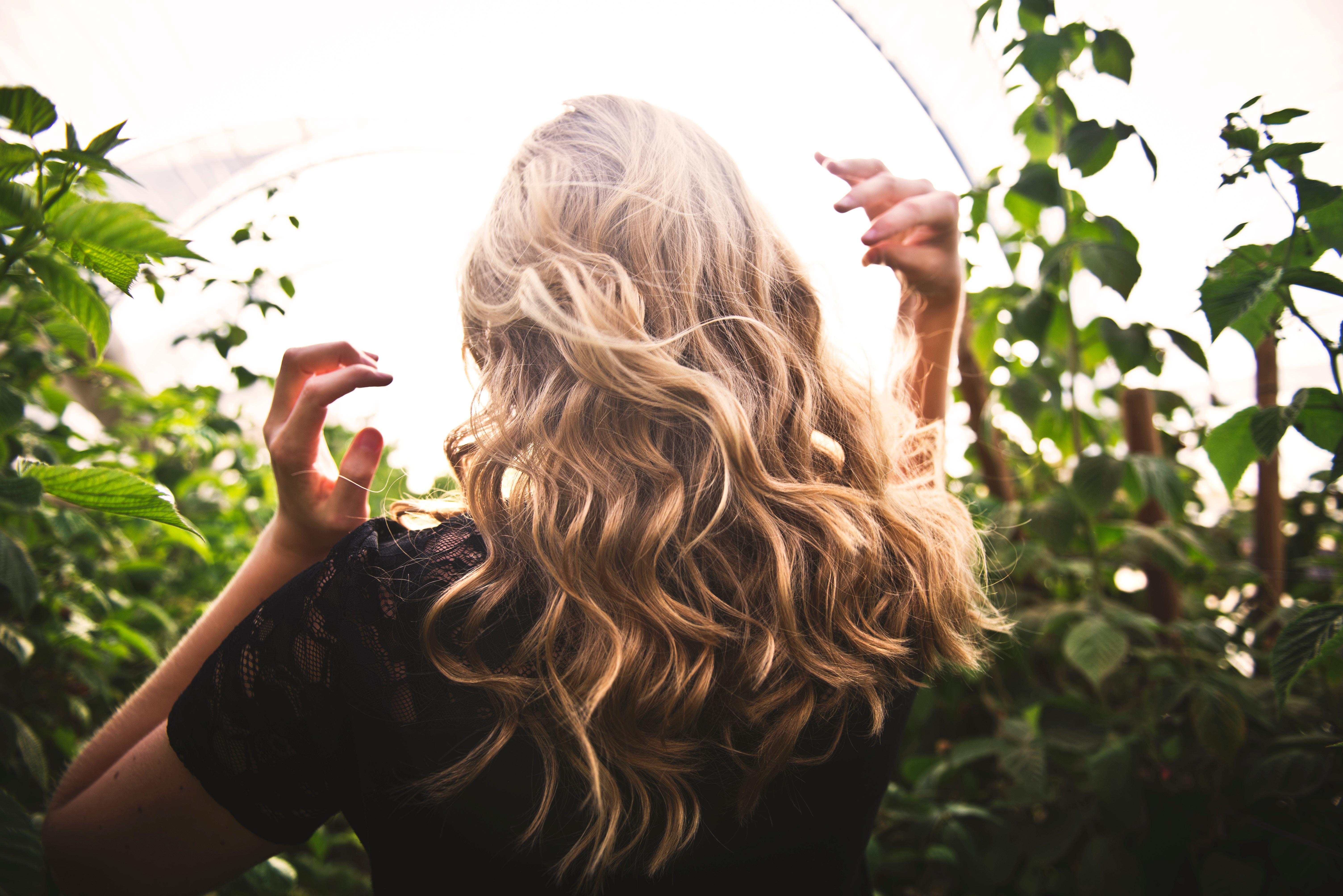 Boucler et lisser sa perruque en cheveux naturels en toute simplicité !