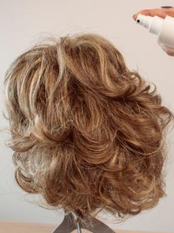 Comment coiffer une perruque bouclée ?